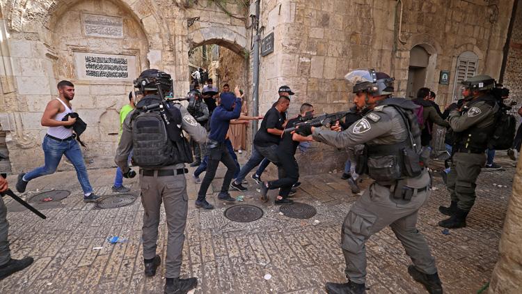 আল-আকসা মসজিদে ইসরায়েলি বাহিনীর হামলায় বহু আহত